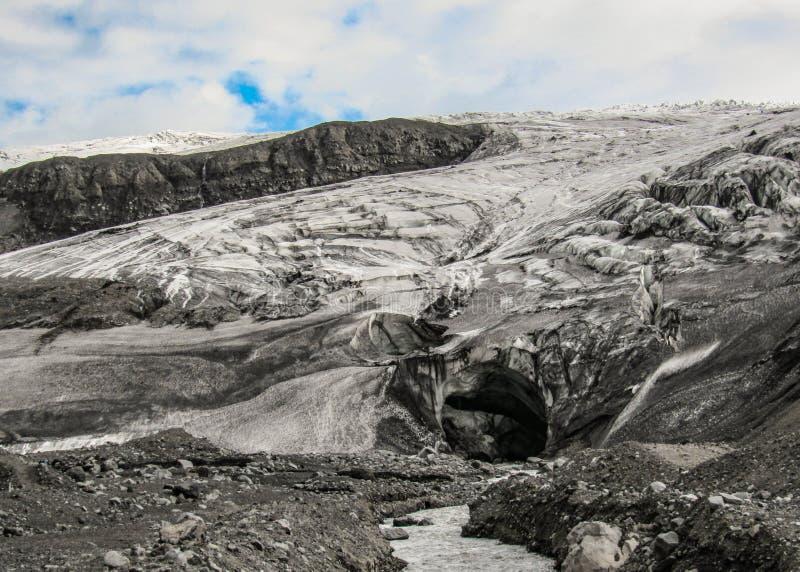 De ingang van het ijshol in Vatnajokull-gletsjer, Hooglanden van IJsland, Europa royalty-vrije stock afbeeldingen