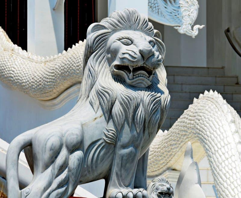 De ingang van het leeuwstandbeeld aan de tempeltempel royalty-vrije stock afbeeldingen