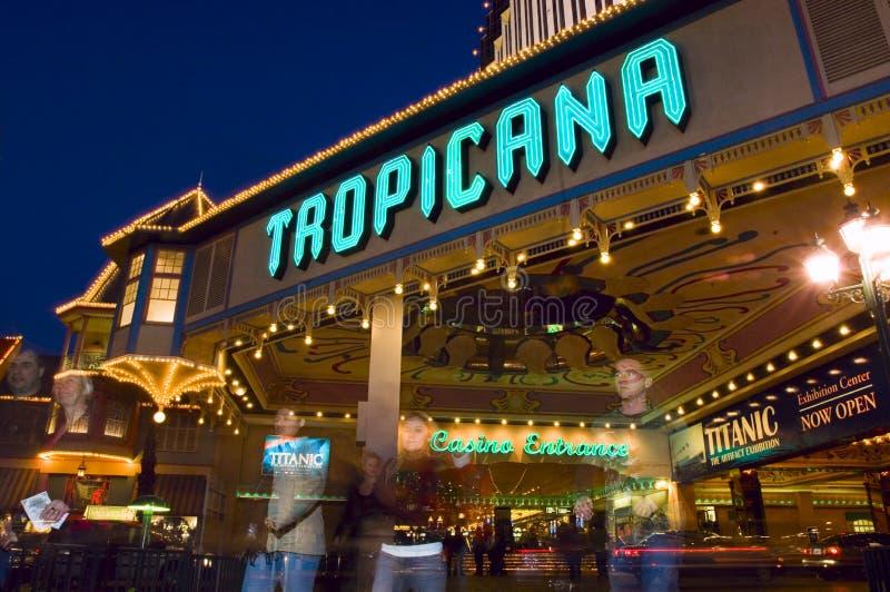 De ingang van het het legendarische Hotel en Casino van Tropicana gloeit helder als avondreeksen binnen stock afbeeldingen