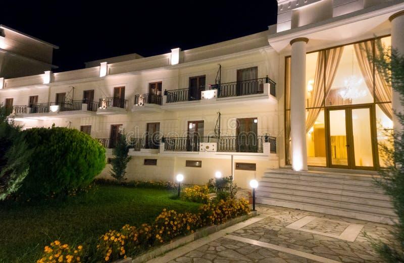 De ingang van het luxehotel, bij nacht royalty-vrije stock fotografie