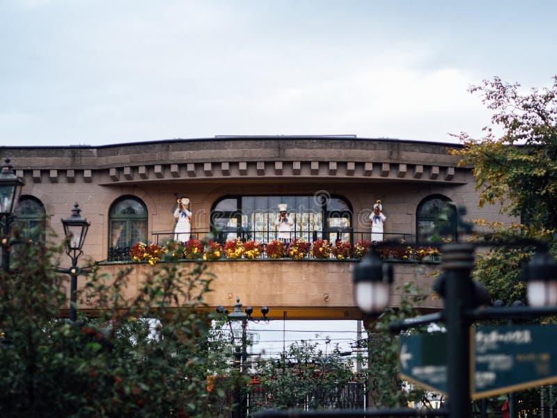De Ingang van het Park van Shiroi Kobito, de Cookiecraft-Studio en Rose Garden, met Drie Chef-kok Playing Trumpet op Balkon royalty-vrije stock fotografie