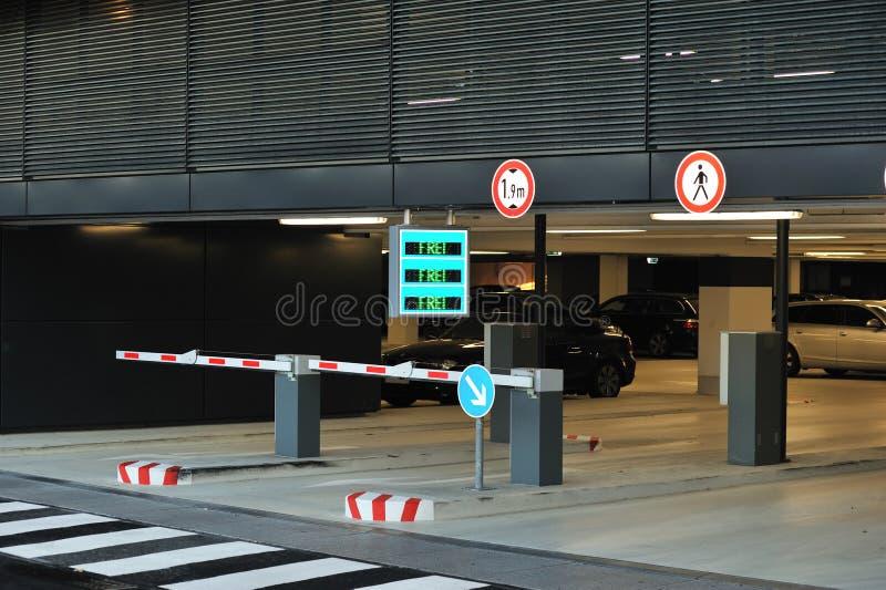 De ingang van het parkeren met barrière stock afbeeldingen