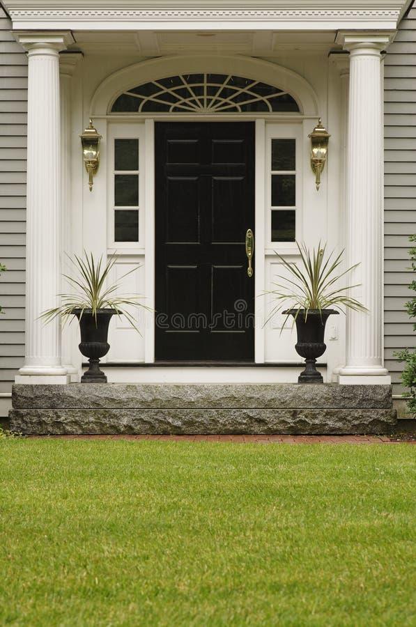 De Ingang van het Thuisfront van Upscale stock afbeeldingen