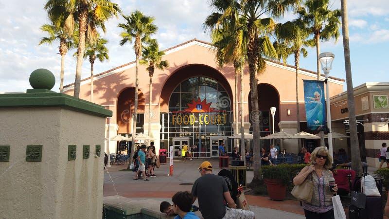 De ingang van het voedselhof in Orlando Vineland Premium Outlets stock afbeelding
