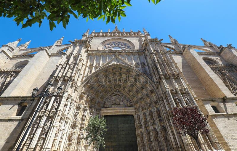 De ingang van de Kathedraal DE Santa Maria de la Sede - de grootste Gotische kathedraal in de wereld Sevilla royalty-vrije stock afbeeldingen