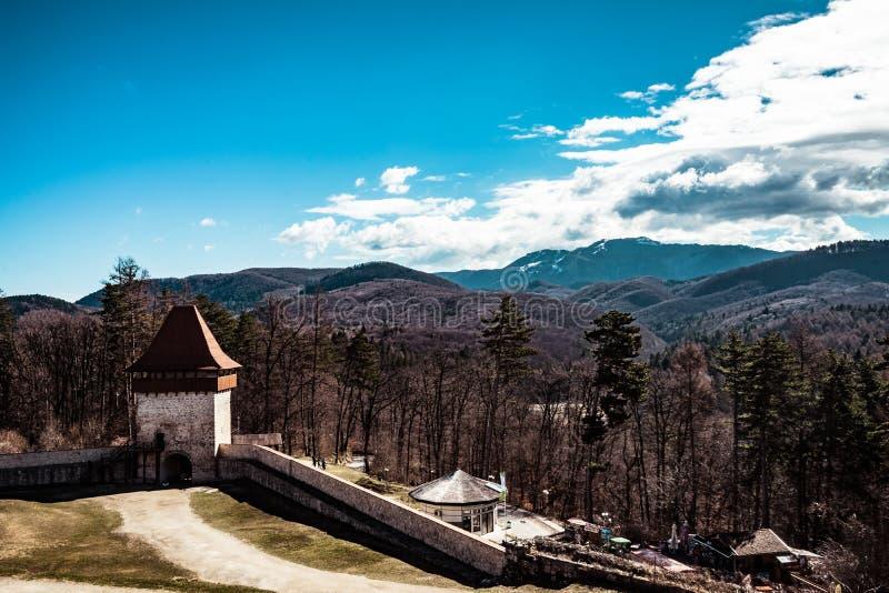 De ingang van Rasnov-citadel, Brasov, Roemenië stock afbeelding