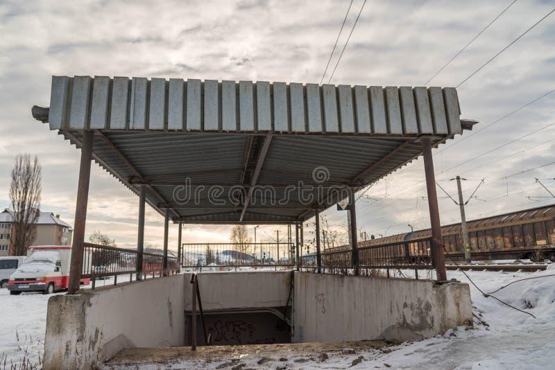 De ingang van de spoorwegonderdoorgang bij lokaal station royalty-vrije stock fotografie