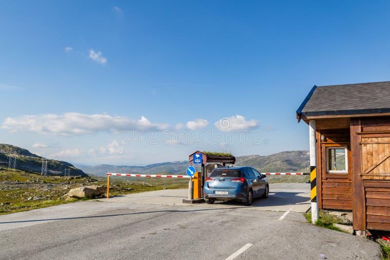 De ingang van de tolweg op berggebied in Noorwegen stock foto