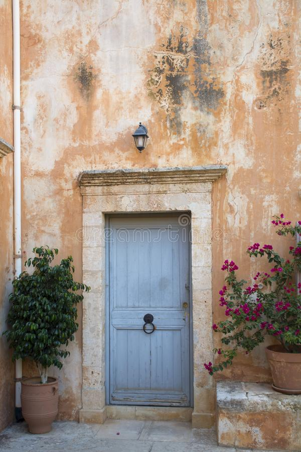 De ingangsdeur van de monnikencel in Klooster van Agia Triada, Kreta, Griekenland stock fotografie