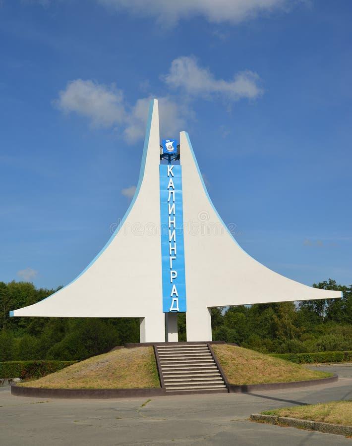 De ingangsindex stele in de vorm van een zeil in Kaliningrad stock afbeeldingen