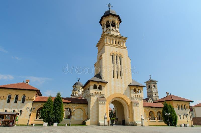 De ingangstoren van de Kroningskathedraal van Alba Iulia-stad, Transsylvanië, Roemenië royalty-vrije stock foto