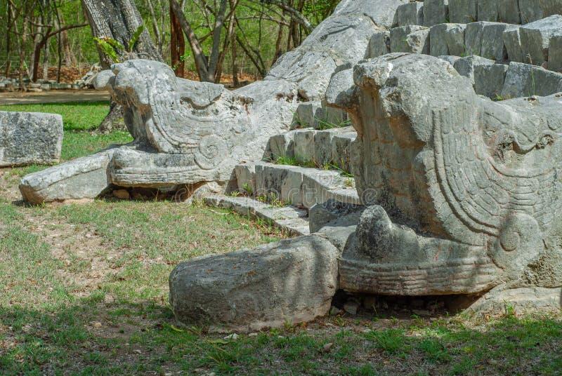 De ingangstreden die van een Mayan piramide, steen twee afschilderen kronkelt aan de kanten, op het archeologische gebied van Chi stock foto's