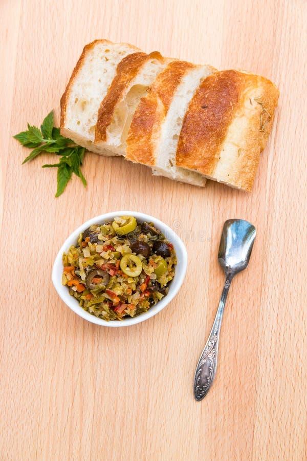 De ingelegde salade van olijfmuffalatta met fijn - gehakte bloemkool a royalty-vrije stock afbeeldingen