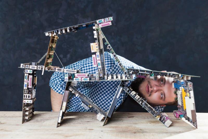 De ingenieur bouwt kaartenhuis van motherboards stock foto