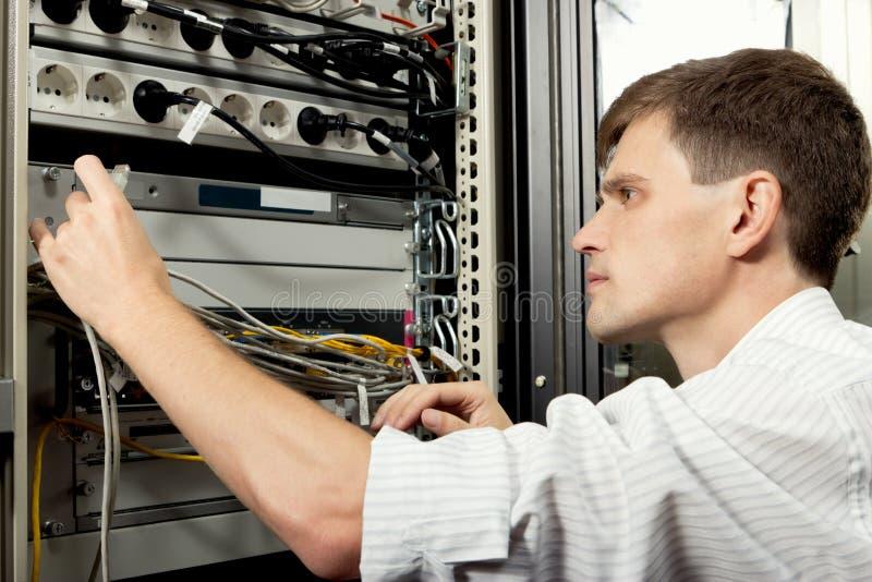 De ingenieur in datacenter royalty-vrije stock foto