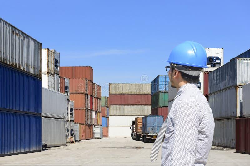 De ingenieur die de containerstapel bekijken stock foto's