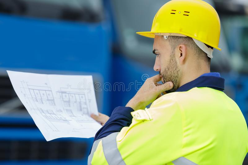 De ingenieur die van de beeldbouwwerf plan bekijken stock afbeeldingen