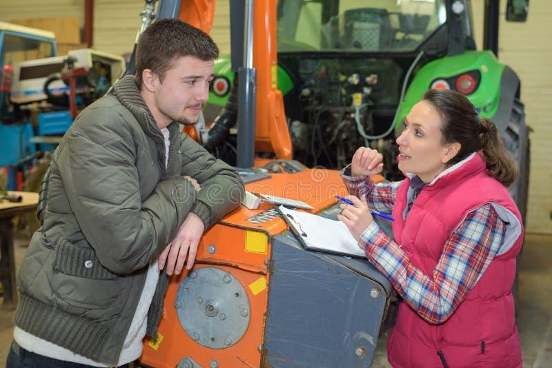 De ingenieur en de arbeider van de portretdienst bij landbouwmachinesfabriek stock foto