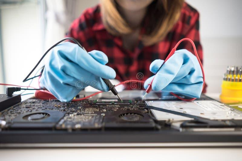 De ingenieur herstelt laptop steun het bevestigen notitieboekjecomputer stock foto