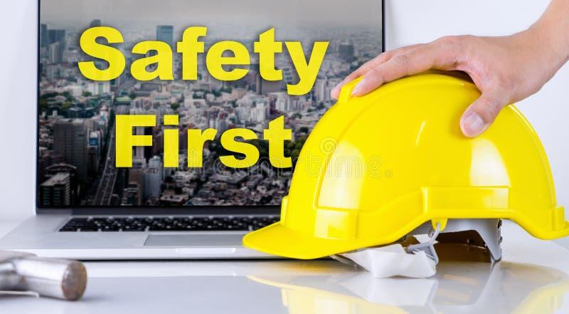 De ingenieur neemt eerst veiligheidshelm voor Veiligheid op stock fotografie