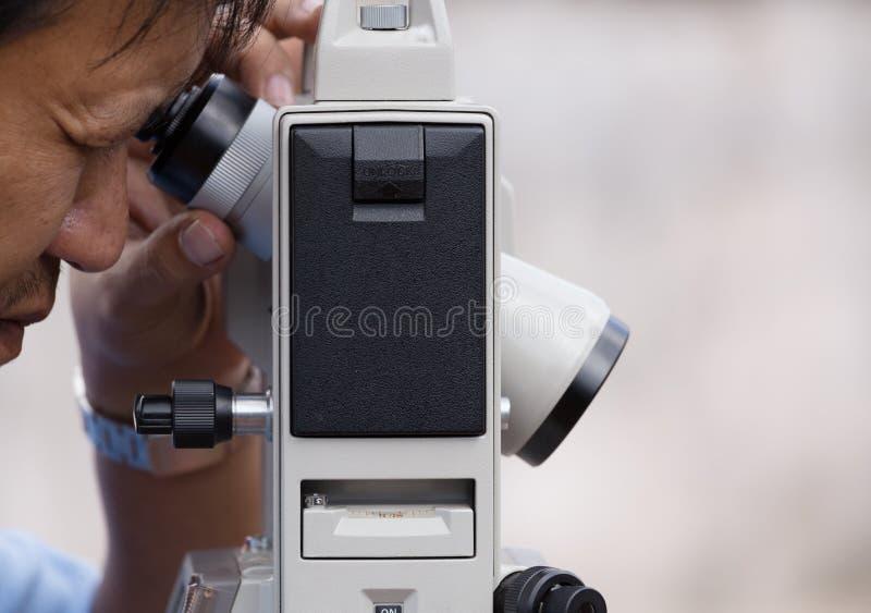 De ingenieurs gebruiken tacheometer of theodoliet voor de kolommen van de onderzoekslijn royalty-vrije stock foto
