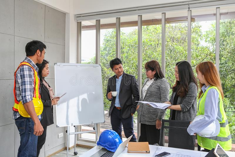 De ingenieurs komen op whiteboard samen Structuur en ontwikkeling van het blauwdruk de de Binnenlandse Ontwerp contractantpresent stock foto's
