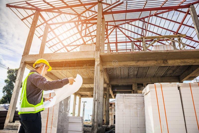 De ingenieursarbeider van de bedrijfsmensenbouw bij woningbouwplaats royalty-vrije stock afbeelding