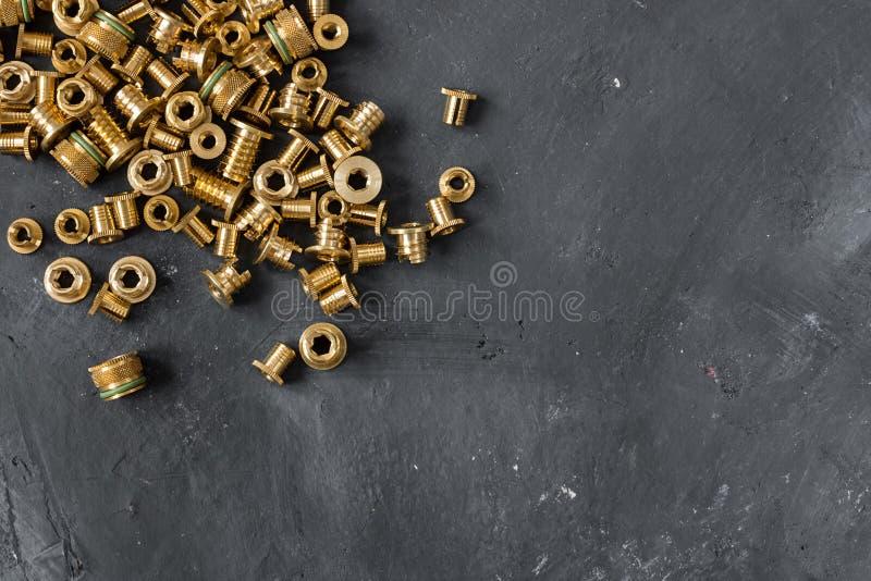 De ingepaste tussenvoegsels maakten omhoog van gouden kleurenmetaal op de bordachtergrond stock foto's
