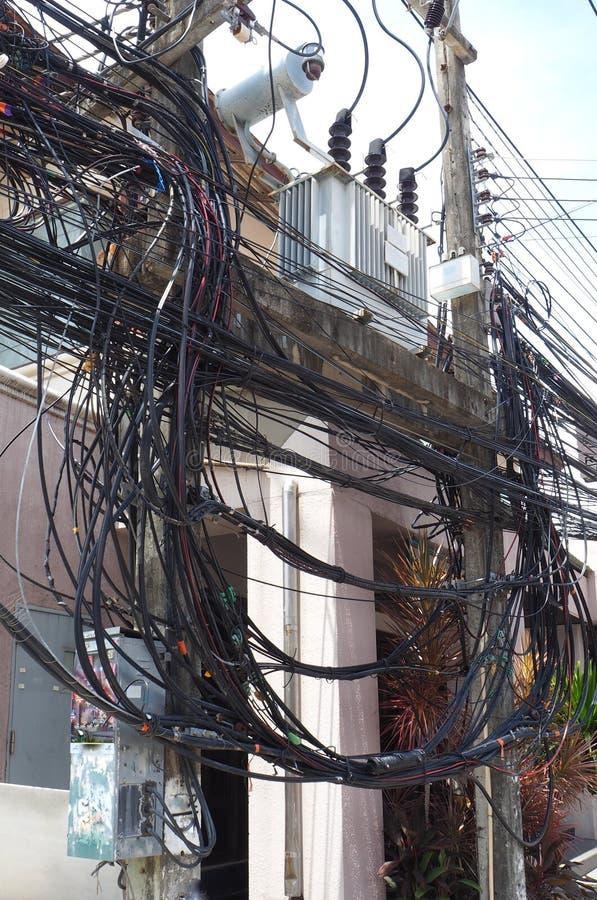 De ingewikkeldheid van de kabeldraad op straat van Samui, Thailand stock foto's