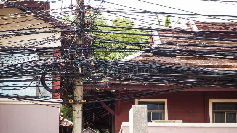 De ingewikkeldheid van de kabeldraad op straat van Samui, Thailand stock afbeeldingen