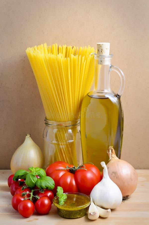 De ingrediënten van deegwaren en van pesto stock afbeelding
