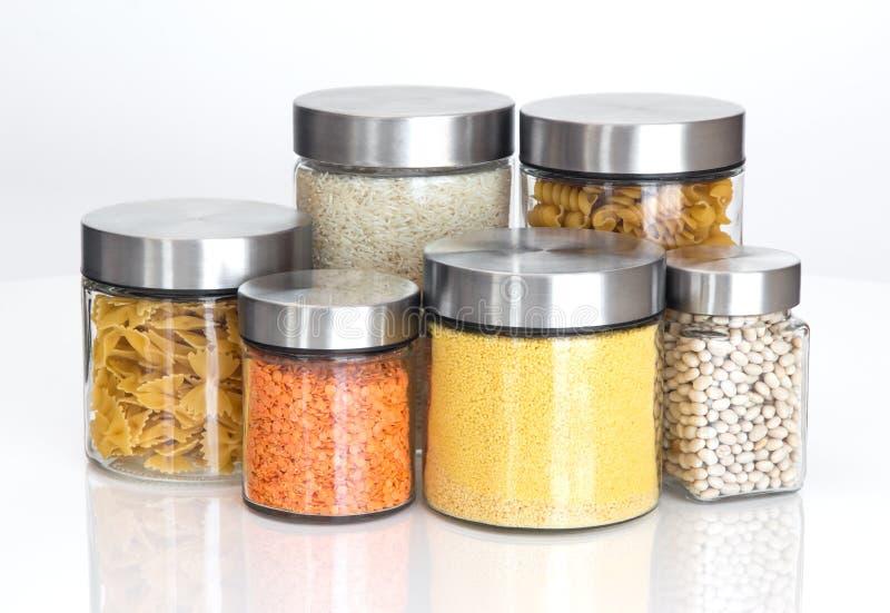 De ingrediënten van het voedsel in glaskruiken, op witte achtergrond royalty-vrije stock afbeeldingen