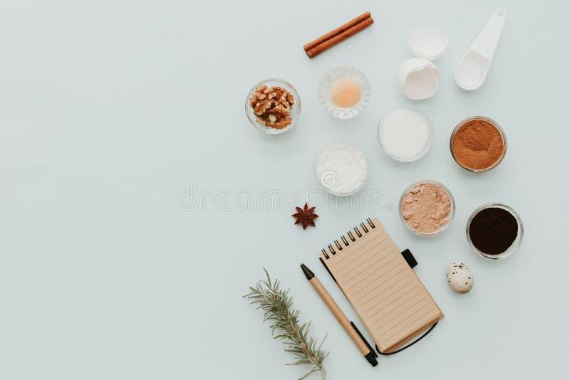 De ingrediënten voor bakselcake, creatieve vlakte leggen samenstelling stock afbeelding