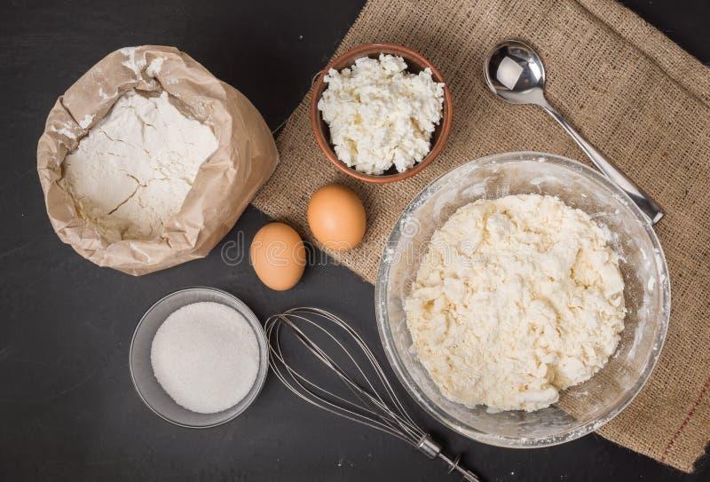 De ingrediënten voor eigengemaakt kaastaartenbaksel, hoogste mening stock afbeeldingen