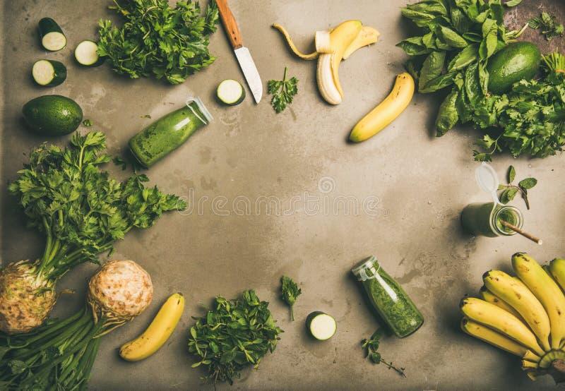 De ingrediënten voor het maken detox gren smoothie over concrete achtergrond stock foto's