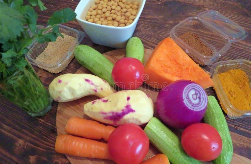 De ingrediënten voor Marokkaanse vegetarische kouskous stock afbeeldingen