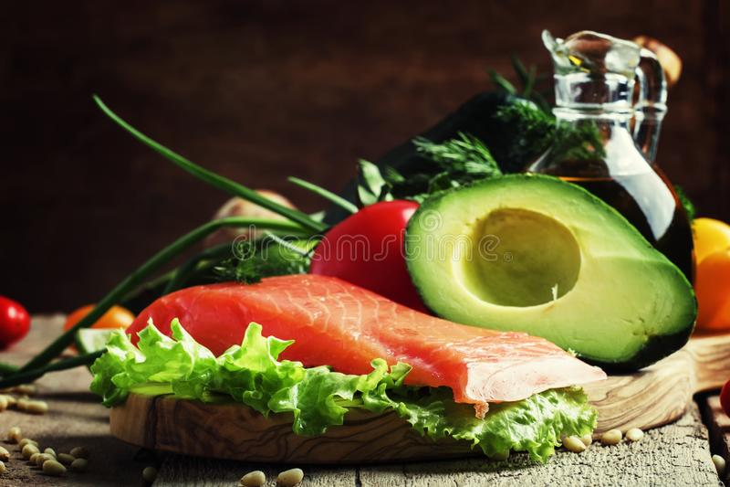 De ingrediënten voor salade met gerookte zalm en avocado, voedsel zijn royalty-vrije stock fotografie
