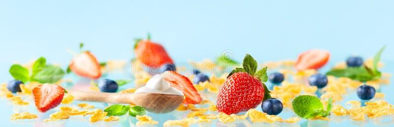 De ingrediënten voor vrij gluten ontbijten met bessen, natuurlijke yoghurt en cornflakes stock fotografie
