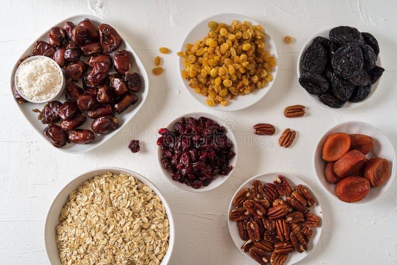 De ingredi?nten voor het voorbereiden van de Gezonde organische data van energieballen, droge abrikoos, haver schilfert, rozijn,  stock foto