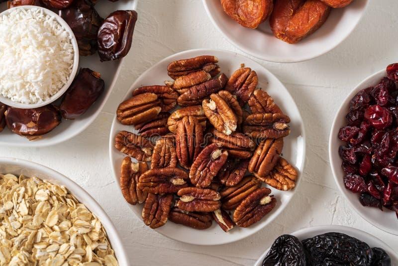 De ingredi?nten voor het voorbereiden van de Gezonde organische data van energieballen, droge abrikoos, haver schilfert, rozijn,  stock afbeeldingen