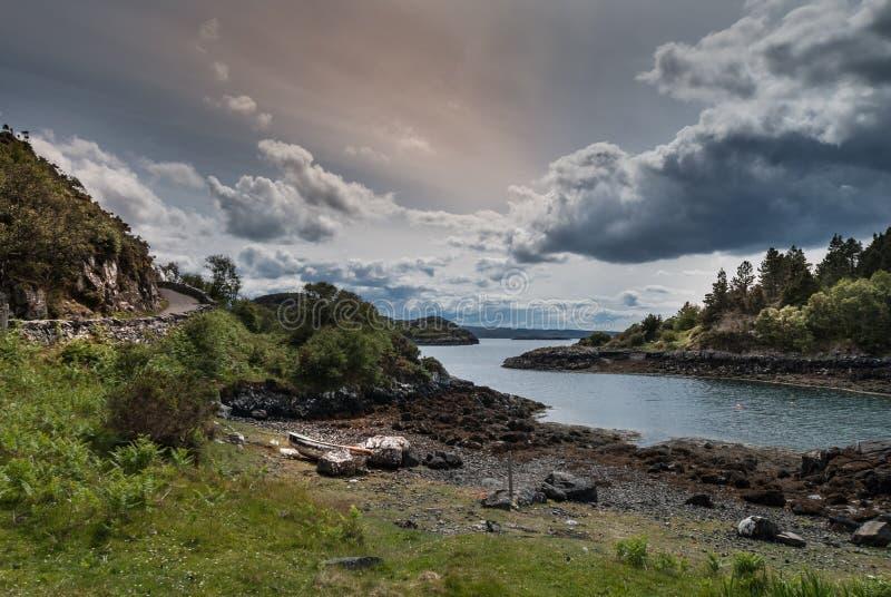 De inham van de Atlantische Oceaan onder rukhemel, Schotland royalty-vrije stock foto