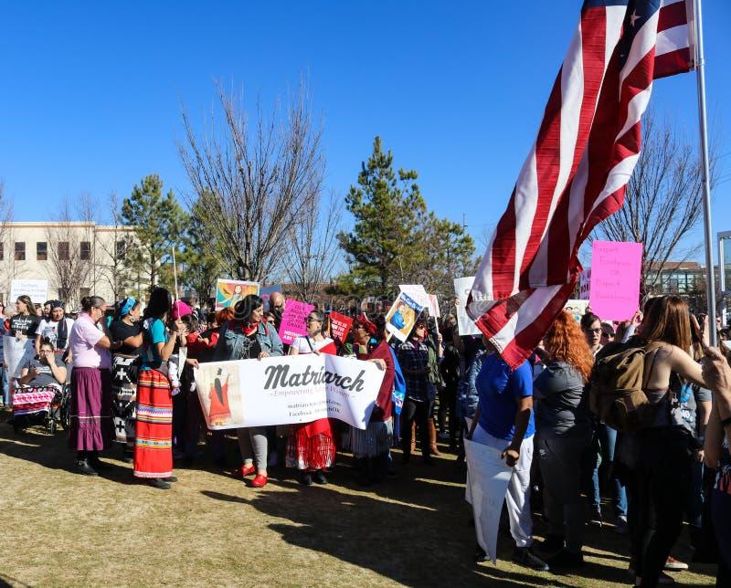 De inheemse Amerikaanse vrouwen met Matriarch ondertekenen het marcheren in de Parade van Vrouwen in Tulsa Oklahoma 1-20-2018 royalty-vrije stock foto's