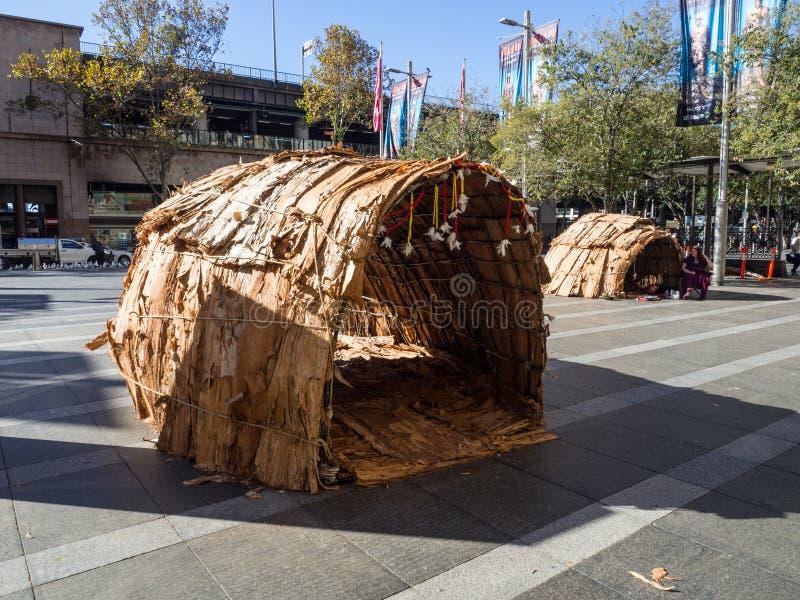 De inheemse die van Australi? hut, a-de hut door Inheemse die Australi?rs wordt gebouwd algemeen van rotan worden gemaakt, de pal stock afbeeldingen