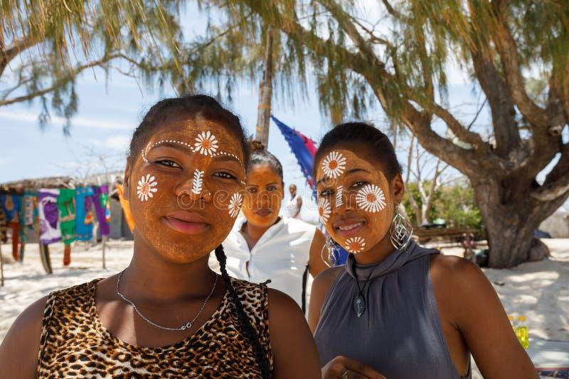 De inheemse etnische meisjes Van Madagascar van Sakalava, schoonheden met verfraaid F royalty-vrije stock fotografie