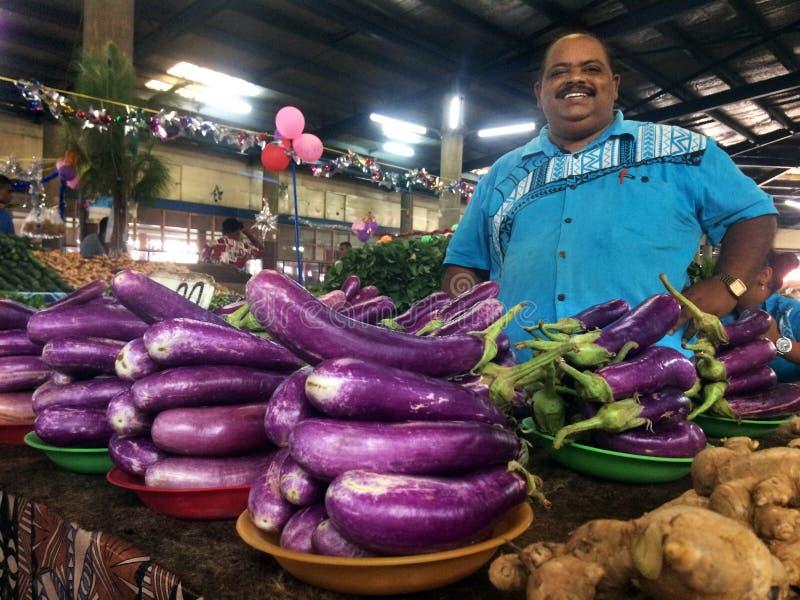 De inheemse Fijian-mens verkoopt aubergines in Lautoka-Markt Fiji stock afbeelding