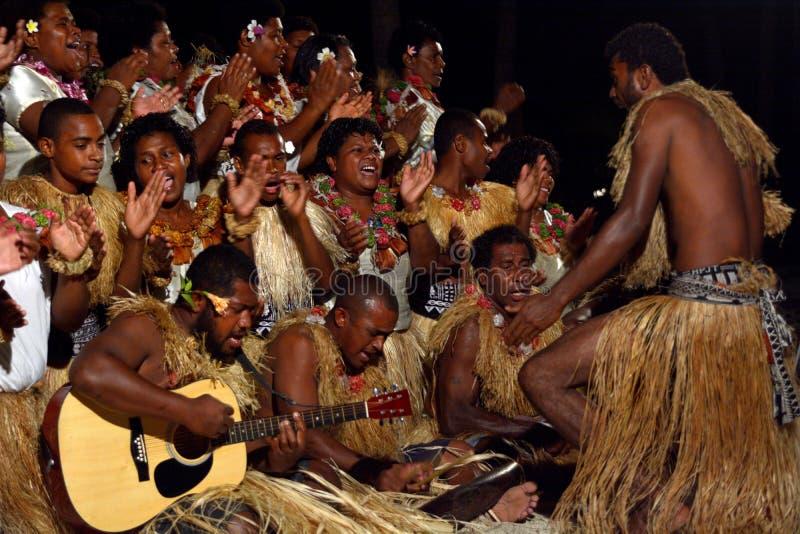 De inheemse Fijian-mensen zingen en dansen in Fiji stock afbeeldingen