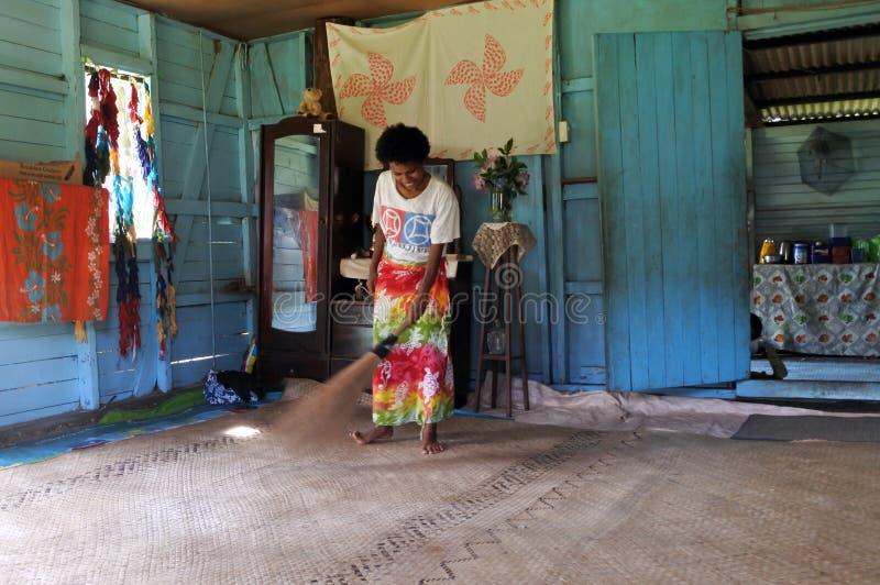 De inheemse Fijian-vrouw maakt haar huis in Fiji schoon stock foto
