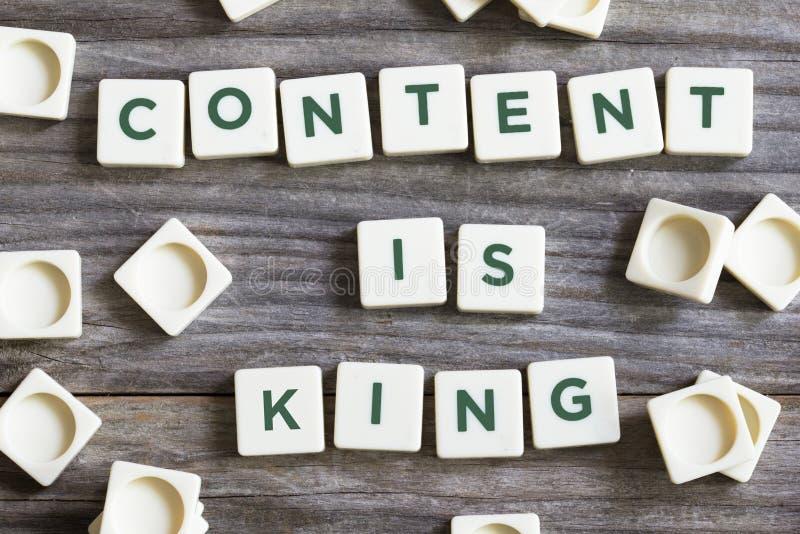 De inhoud is koningstekst die belang in online media van hoogte voorstelt - de artikelen van kwaliteitswebsites royalty-vrije stock foto's