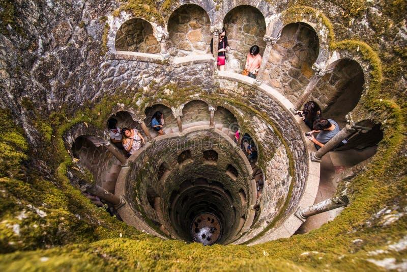 De Initiatie goed van Quinta da Regaleira in Sintra De diepte van goed is 27 meters Het verbindt aan andere tunnels door u stock fotografie