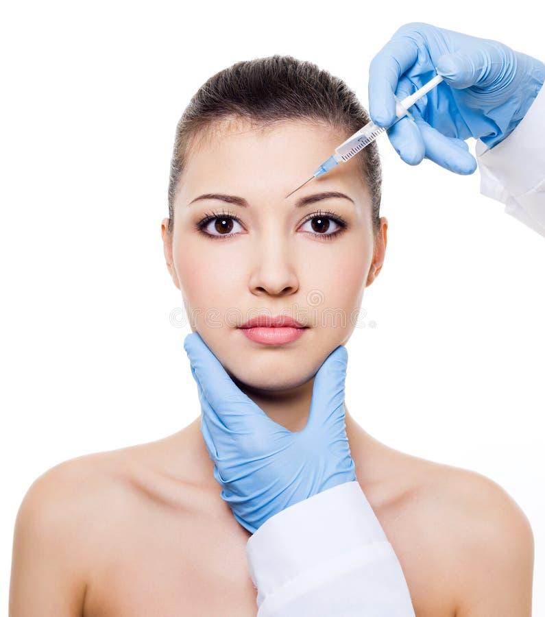 De injectie van Botox in de wenkbrauw royalty-vrije stock afbeelding